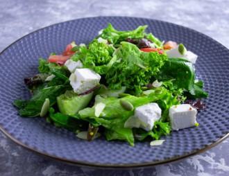 Овощной салат с фетой и семечками